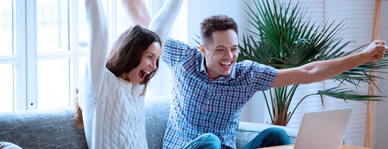 casal grita de alegria ao ver mensagem