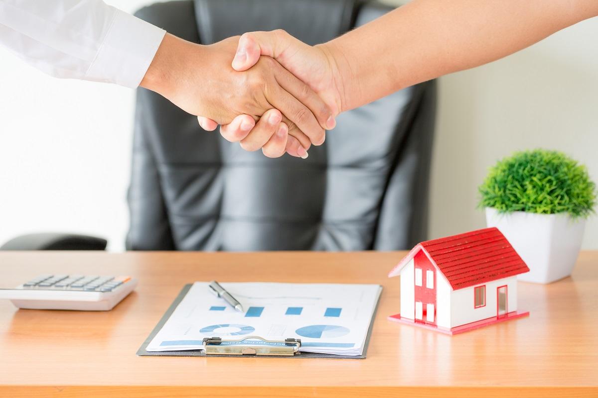 Cliente assina contrato do Consórcio Imobiliário Canopus
